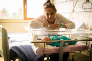 souvenir de naissance à la maternité bebe dans son berceau