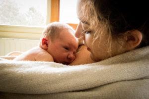 souvenir de naissance à la maternité câlin de maman en douceur